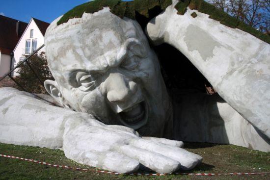 Steinskulptur in Ulm: Der Riese aus der Wiese